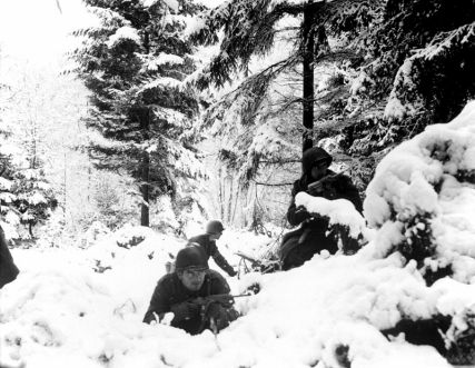 American infantrymen of the 290th Regiment near Amonines, Belgium. (Source: Wikimedia Commons.)